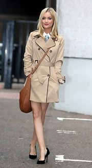 Laura Whitmore perfectly paired her trenchcoat with black pointy pumps.