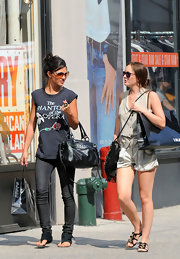Jess took a break from shooting and did some mid-day shopping with Leighton. She looked casual cool in skinny jeans, large sunglasses and a black leather shoulder bag.