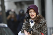Leighton wears a purple cloche while filming Gossip Girl.
