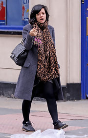 Pop star Lily allen showed off her awesome style while taking a stroll down the street. She decked herself out in designer duds with a Louis Vuitton scarf and Chanel quilted bag.