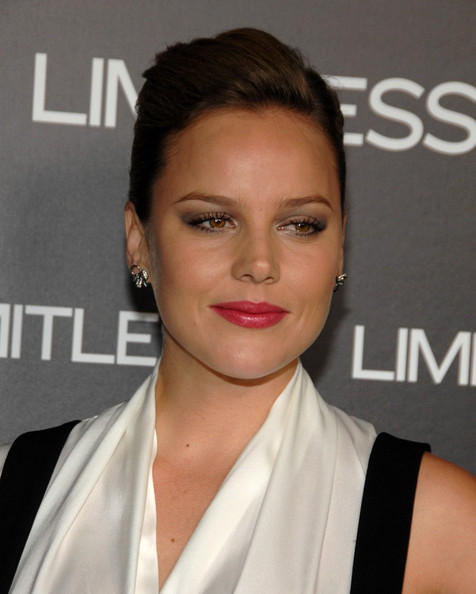 Abbie Cornish gave her look a sultry boost with smoky shadow.