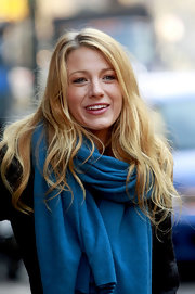 Blake Lively wore her hair in soft golden waves while on the set of 'Gossip Girl.'