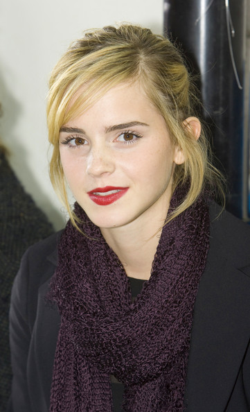 More Pics of Emma Watson Knit Scarf (1 of 2) - Emma Watson Lookbook - StyleBistro