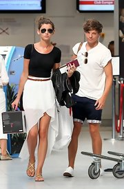 Eleanor wore a white breezy fishtail skirt for her travels.