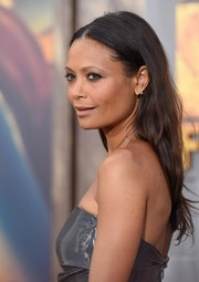 Thandie Newton went for casual styling with this center-parted 'do at the 'Mad Max: Fury Road' premiere.