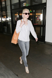 Mamie Gummer paired her shirt with gray skinny jeans.
