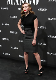 Scarlett's black cutout peep-toe black heels don't shorten her legs with her knee-length pencil skirt. It is best to keep the heel height high and show some skin when choosing a shoe for a knee length look.