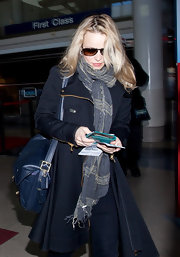 Rachel McAdams' choice of a navy leather bag instead of the standard black subtly updated her travel look.