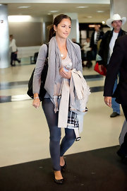 Actress Minka Kelly wore a pair of Twiggy leggings in slate while traveling through LAX airport.