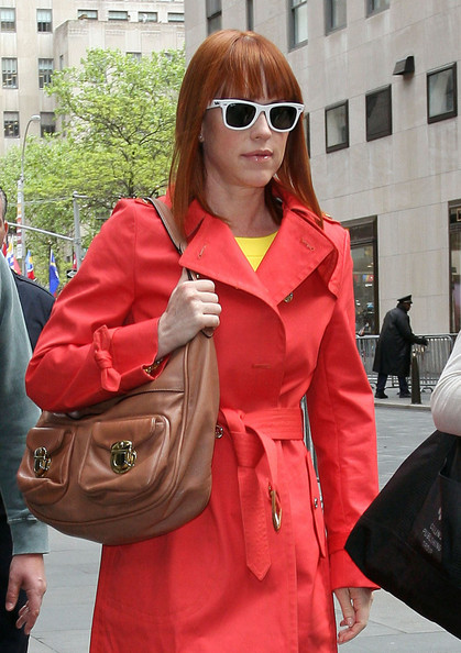 Molly Ringwald completed her super-stylish ensemble with a tan hobo bag.