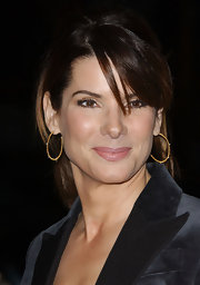 Sandra Bullock's ears sparkle in thin gold hoop earrings at the 'Music and Lyrics' premiere.