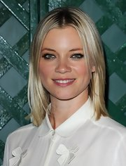 Amy Smart arrived at the video premiere of 'My Valentine' wearing her flaxen hair in a sleek slightly layered bob.