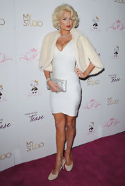 Paris paired her bandage dress with a sparkling clutch and nude pumps.