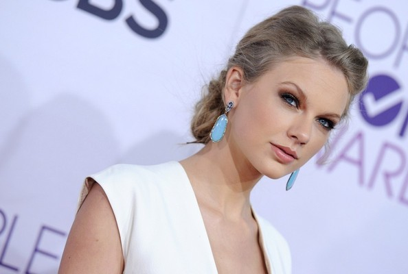 More Pics of Taylor Swift Dangling Gemstone Earrings (4 of 17) - Taylor Swift Lookbook - StyleBistro