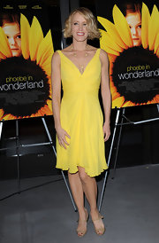 Felicity Huffman chose a bright and vibrant yellow frock with a gathered waist and flouncy skirt.