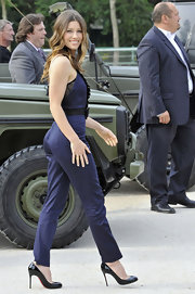 Jessica worked her Erin Fetherston jumpsuit with a classic pair of black patent stiletto pumps.