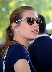 Charlotte kept her look casual and polished with classic tortoiseshell wayfarers.
