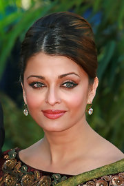 False lashes and warm peach toned eye shadow brought out Aishwarya's blue green eyes at the 'Raavan' premiere.