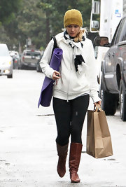 Rachel McAdams ran errands in a white hoodie and a rugby striped scarf.