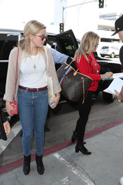 Ava Phillippe completed her airport outfit with blue skinny jeans.