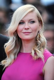 Kirsten Dunst's long wavy 'do at the 'On the Road' premiere was a nod to old Hollywood glamour.