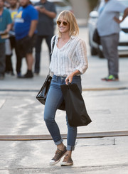 Robin Wright teamed her shirt with blue skinny jeans.