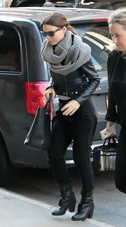 Rooney Mara finished off her edgy black ensemble with a chunky gray infinity scarf. Cozy!