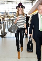 Rosie Huntington-Whiteley opted for a pair of black leather pants for her super-chic look while traveling.