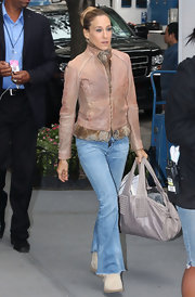 """Sex and the City"" star Sarah Jessica Parker showed off her casual style while filming. She toted around a grey leather tote bag, which apparently wasn't big enough to fit all her daily necessities."