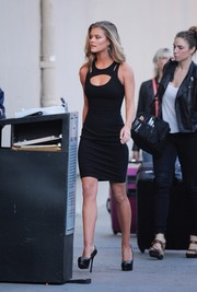 Nina Agdal brought major sex appeal to 'Jimmy Kimmel Live!' with this figure-hugging Versace cutout LBD.