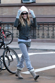 SJP kept warm while out and about town in a knit hat paired with taupe boots complete with white shearling detailing.