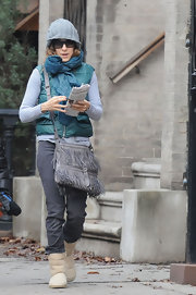 "Sarah is yet another celeb who loves the fringed ""Flat Jack"" messenger bag. This casual grey version matches her warm winter beanie."