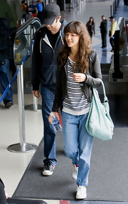 Zoe showed off her casual side while traveling through the airport carrying a mint green shoulder bag.