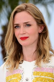 Emily Blunt was casually coiffed with shoulder-length waves at the 'Sicario' photocall in Cannes.