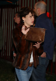 Lara Flynn Boyle glamorized her casual get-up with a sumptuous brown fur jacket.