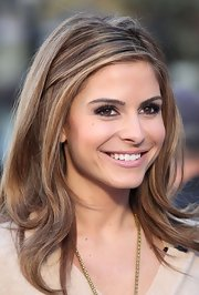 Maria Menounos wore a soft rosy pink lipstick with a hint of shine while conducting an interview on 'Extra.'