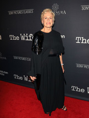 Glenn Close attended the premiere of 'The Wife' wearing a flowing black dress with sequin detailing.