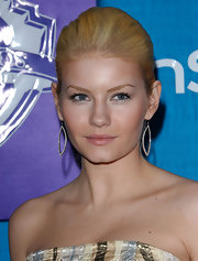 Elisha Cuthbert dazzled the crowd in a pair of diamond dangling earrings at the InStyle/Warner Bros. Golden Globe Party.