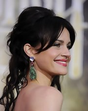 Carla Gugino paired her flowing updo with emerald green tear drop earrings.