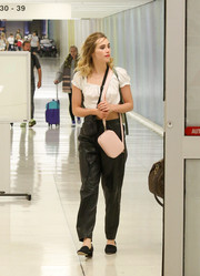 Suki Waterhouse sealed off her airport look with a pair of block-heeled pumps.