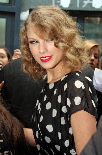 Taylor Swift Retro Updo Taylor Swift Hair Looks