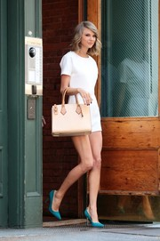 Taylor Swift accessorized with a spiffy nude leather tote by Michael Kors.