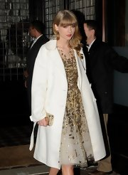 Taylor channeled Grace Kelly in this beautiful white evening coat while out in NYC.