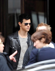 Taylor looked stylish in dark aviator-style Pryce Sunglasses worn with a leather jacket and jeans.