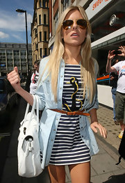 Mollie sported a classic pair of gold Aviator sunglasses that complemented her summer blonde locks.