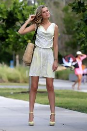Toni Garrn completed her summer-ready look with an oversized straw tote casually slung over her shoulder.