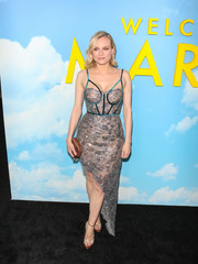 Diane Kruger sealed off her look with a geometric satin clutch by Amanda Pearl.