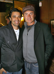 The Aussie actor came out to fete V Australia Airlines in a brown striped newsboy cap.