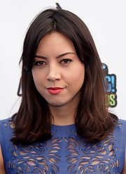 Aubrey Plaza attended the VH1 Do Something Awards sporting wavy ends and side-swept bangs.