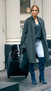 For this scene, Jennifer Lopez lugged along a huge black rollerboard, among other bags.